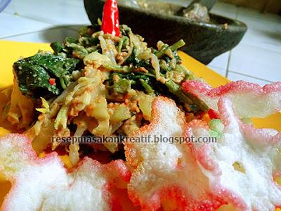 Aneka sayur berlumur bumbu kacang tanah yang yummy sanggup pedas ini merupakan masakan tradis RESEP LOTEK BANDUNG BUMBU KHAS SUNDA