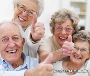 Imagen de ancianos felices