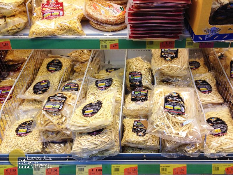 Pasta fresca en el supermercado en Roma