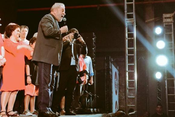 """O ex-presidente voltou a negar que seja o dono do apartamento no Guarujá e do sítio em Atibaia. O último, segundo ele, foi comprado por seu amigo Jacó Bittar para que sua família o utilizasse quando deixasse a presidência. """"Não imaginava que uma parte do MP era subordinado a uma parte da imprensa"""", ironizou.  Lula ainda lembrou da mansão da família Marinho e questionou a postura da emissora denotificar blogueiros para que tirem do ar as reportagens sobre o tema. """"A Globo fala tanto de democracia e intimou os blogueiros a tirarem as notícias dos Marinho em Paraty.""""  No ato, o ex-presidente ainda conclamou o partido a se unir em defesa do governo federal.  """"Por mais que tenha discordância em alguma coisa, a Dilma tem que ter certeza de que o lado dela é esse. Ela precisa de nós para poder sobreviver aos ataques que ela vem sofrendo no Congresso Nacional pelos nossos adversários"""", falou."""