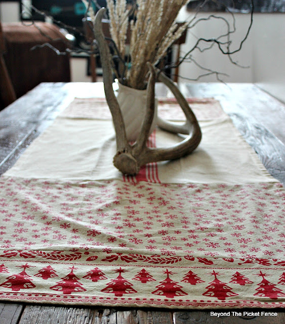 Christmas ideas, table runner, DIY, sewing, http://bec4-beyondthepicketfence.blogspot.com/2015/11/12-days-of-christmas-day-5-table-runner.html