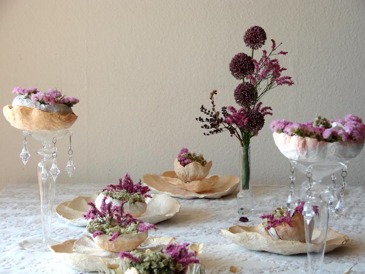 matrimonio green centrotavola fiori secchi e fiori di carta . Ecrù, rosa, prugna