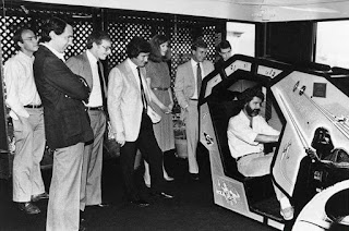 George Lucas probando la recreativa de Star Wars - 1983