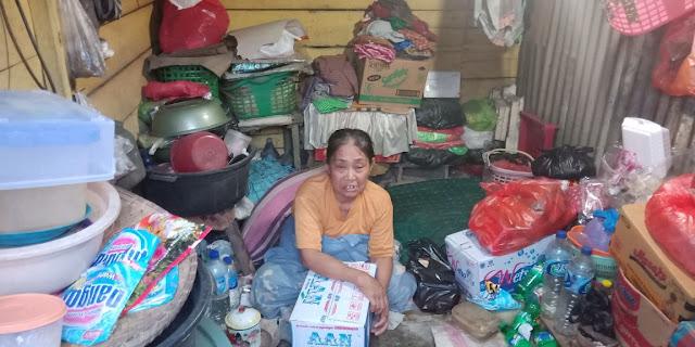 Patut Ditiru, Satpol PP Bone Bantu Sembako pada Seorang Nenek Sebatangkara