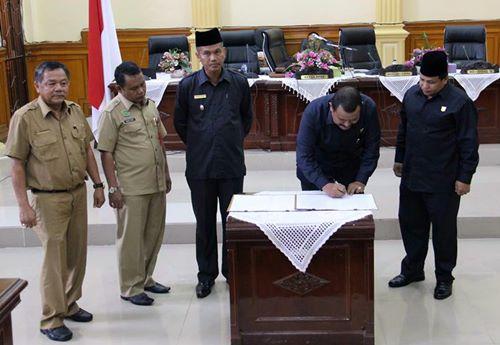 Genius Umar Sampaikan Nota Keuangan RAPBD Tahun 2018 ke Paripurna DPRD