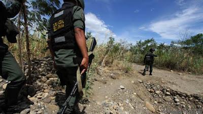 Las autoridades de Colombia hallaron una fosa común en zona fronteriza con Venezuela donde operan bandas de narcotraficantes y contrabandistas, informó este martes la policía, reseñó AFP.