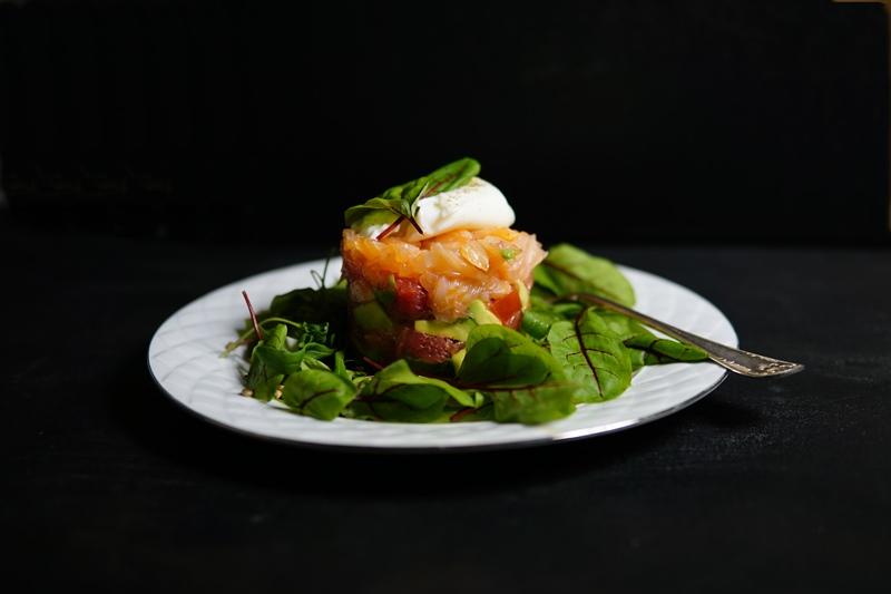 tartar_kylmäsavulohi_avokado_verigreippi_tomaatti