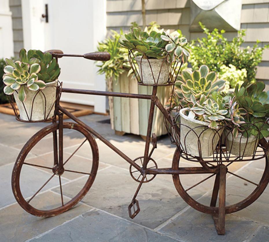 Bicicleta antigua reciclada con macetas