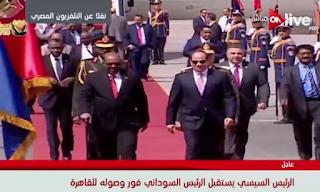 السيسي يستقبل الرئيس السوداني عمر البشير في مطار القاهرة