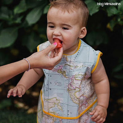 blog mimuselina alimentación complementaria babero BLW baby led weaning babero resinado anti calado fruta bebé