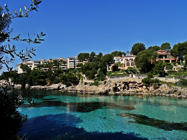 turkusowa woda w zatoce na Majorce