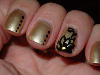 manicura dorada con flores
