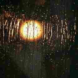 saya berdiri di balik jendela sembari melihat ke luar rumah Sang Ayah Tak Kunjung Pulang Saat Hujan Deras, Gadis ini Menjerit Histeris Saat Warga Gedor Pintu Rumahnya
