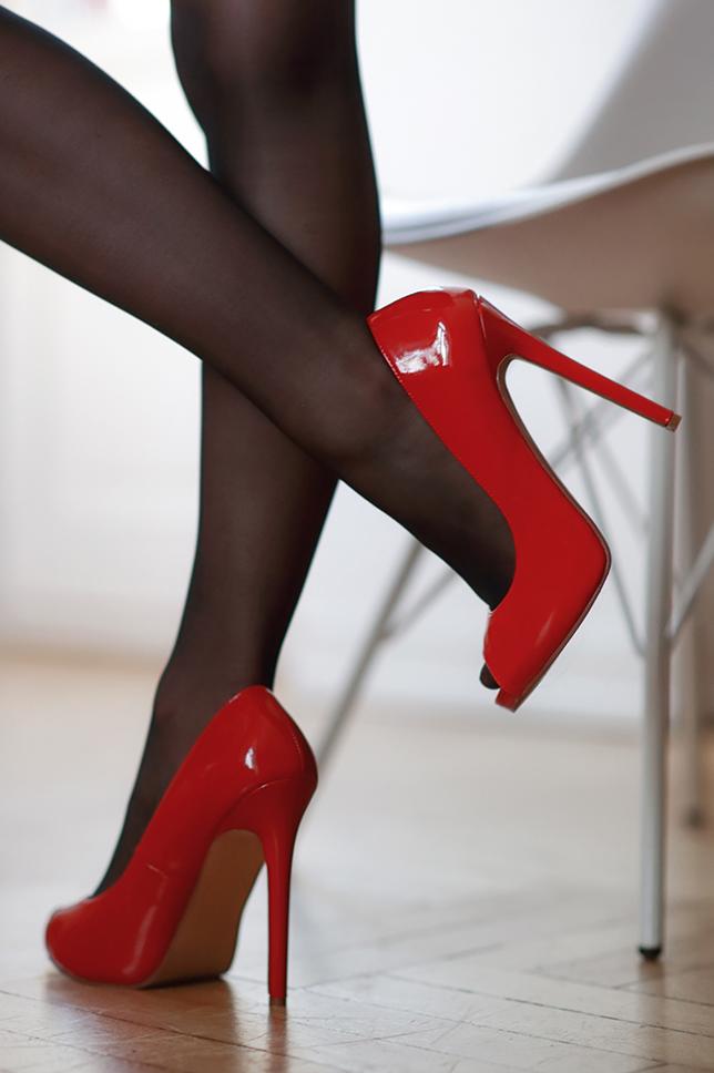 белый халатик красные чулки и туфли на шпильке фото кем