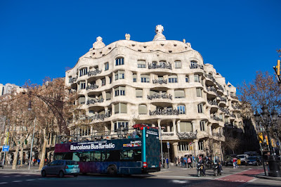 Barcelona Bus Turistic by Laurence Norah