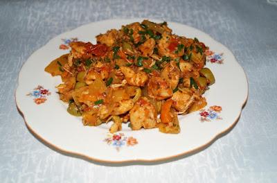 Potrawka z kurczaka, cukinii i oliwek