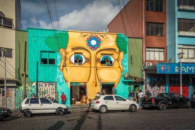 A casa com olhos e boca