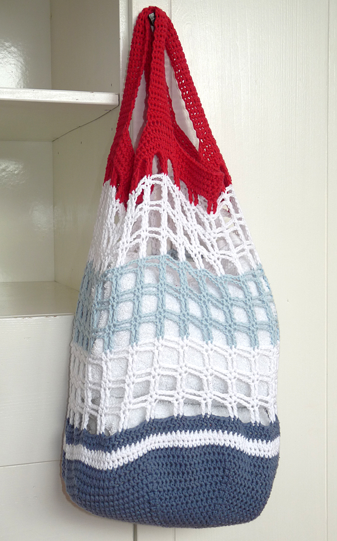 a6491d9b298 Door deze kleurstelling heeft de tas echt een nautische uitstraling en dat  past perfect bij een strandtas.