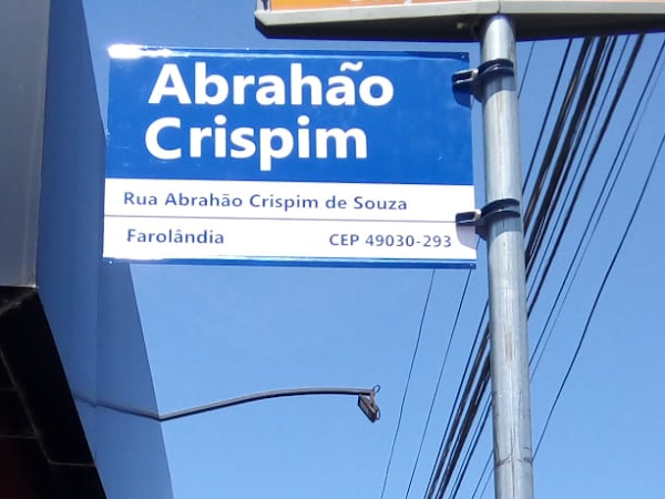 Emsurb instala placa na Antiga Rua C, localizada no Conjunto Augusto Franco com o nome do vereador Abrahão Crispim de Souza.