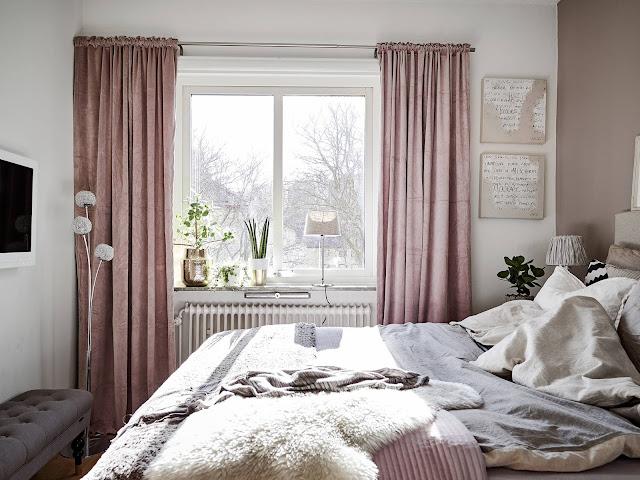 różowe zasłony, różowa sypialnia, różowa ściana w sypialni