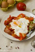 (Jajka sadzone na szynce i pomidorach