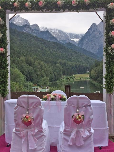 Trauung auf der Panoramawiese - Internationale Hochzeit mit Gleitschirmflug des Bräutigams, Riessersee Hotel Garmisch-Partenkirchen, besondere Trauungen, Hochzeit in Bayern, #Riessersee #Garmisch #Gleitschirm #Hochzeit #Tandemflug #heirateninbayern