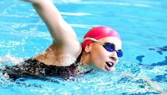 Benarkah Berenang Dapat Mencegah Osteoporosis?, apakah betul berenang bisa mencegah teradinya osteoporosis?