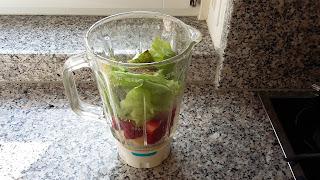 Grüner Smoothie Banane Erdbeer Salat
