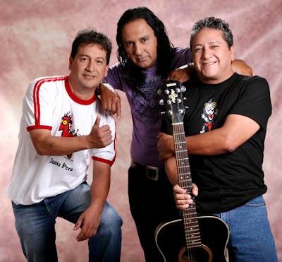 Foto de los integrantes del grupo Río con una guitarra