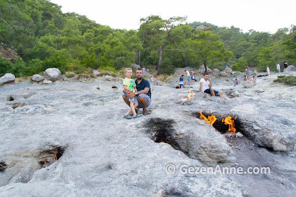Çirali Yanartaş'ta taş içinden çıkan ateşler yanında, Olimpos Antalya