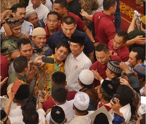 Jokowi%2BSerahkan%2B351%2BSertifikat%2BWakaf%2Bdi%2BMasjid%2BBani%2BUmar%252C%2BTangsel