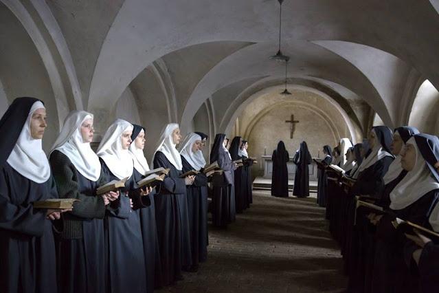 Irmãs rezando no convento na cena do filme Agnus Dei, Les Innocentes título original em francês, dirigido por Anne Fontaine e disponivel para assistir na Netflix