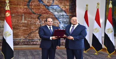 الرئيس يمنح عبد الوهاب وسام الجمهورية