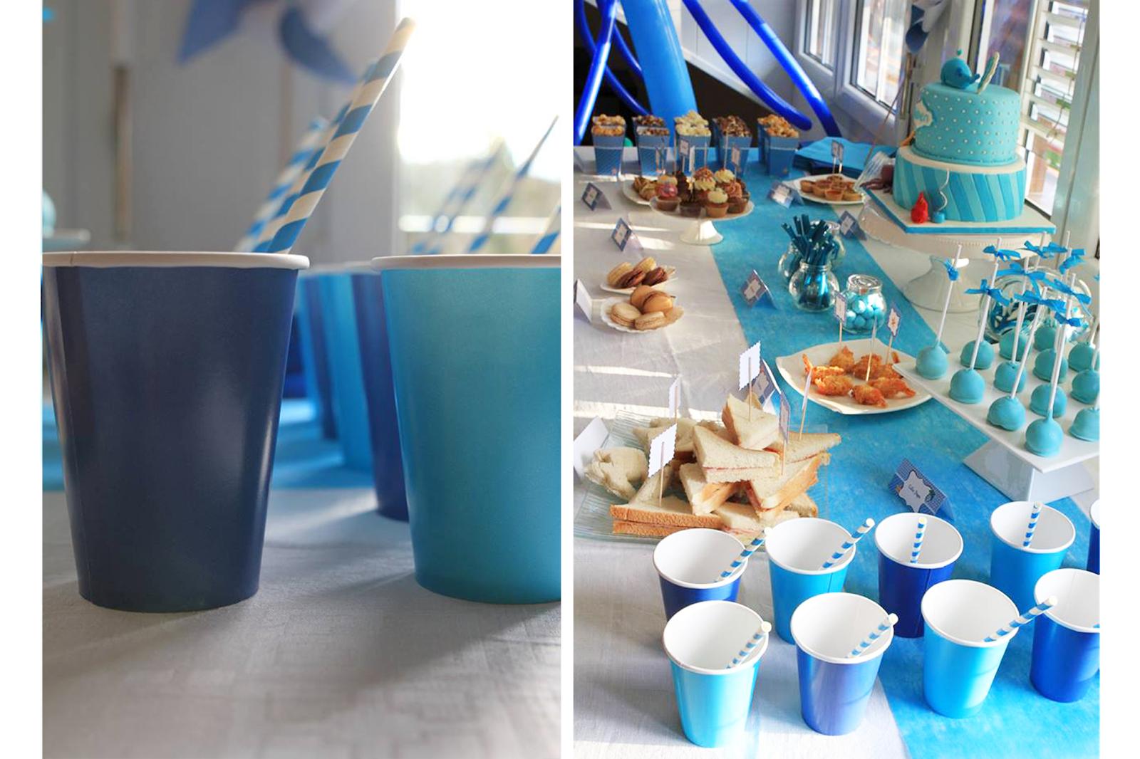 gobelet et pailles jetables bleu marine et bleu turquoise