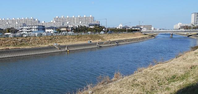 川釣りの釣り人が三人