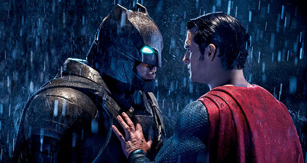 Superman parando a Batman para que no mate a un hater