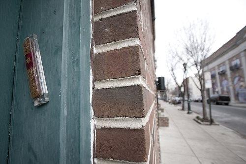 Usar símbolo religioso em batente de porta não altera fachada de imóvel