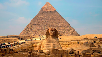 Sphinx dans le plateau de Gizeh face pyramide en Egypte.