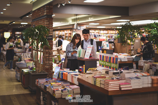 Reading book in Kyobo Book Store Gwanghwamun 교보문고 광화문점 in Seoul