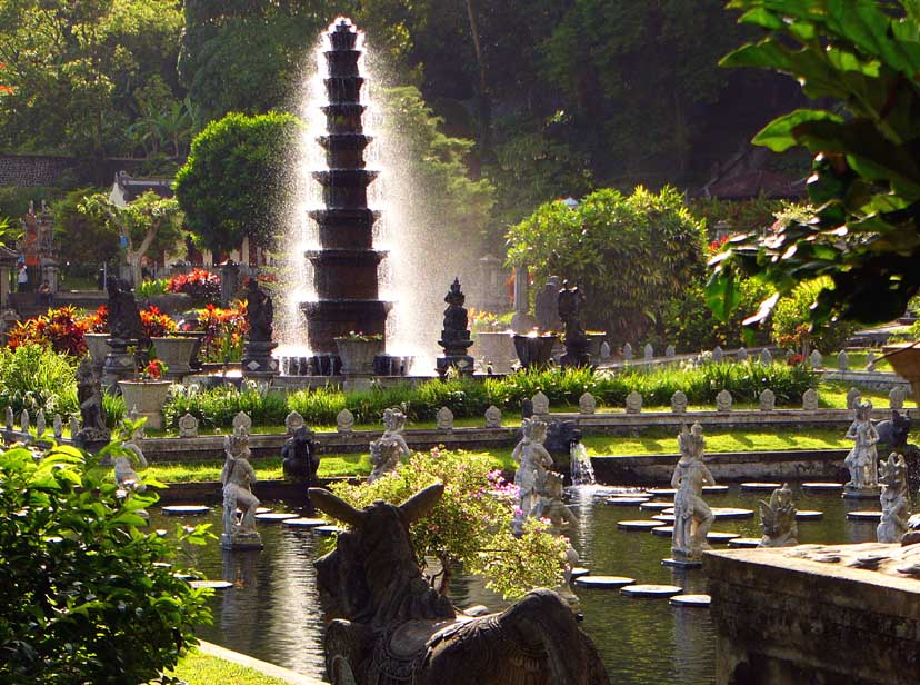 Tirta Gangga Royal Water Garden: SPECTACULAR TEMPLE, BEACH