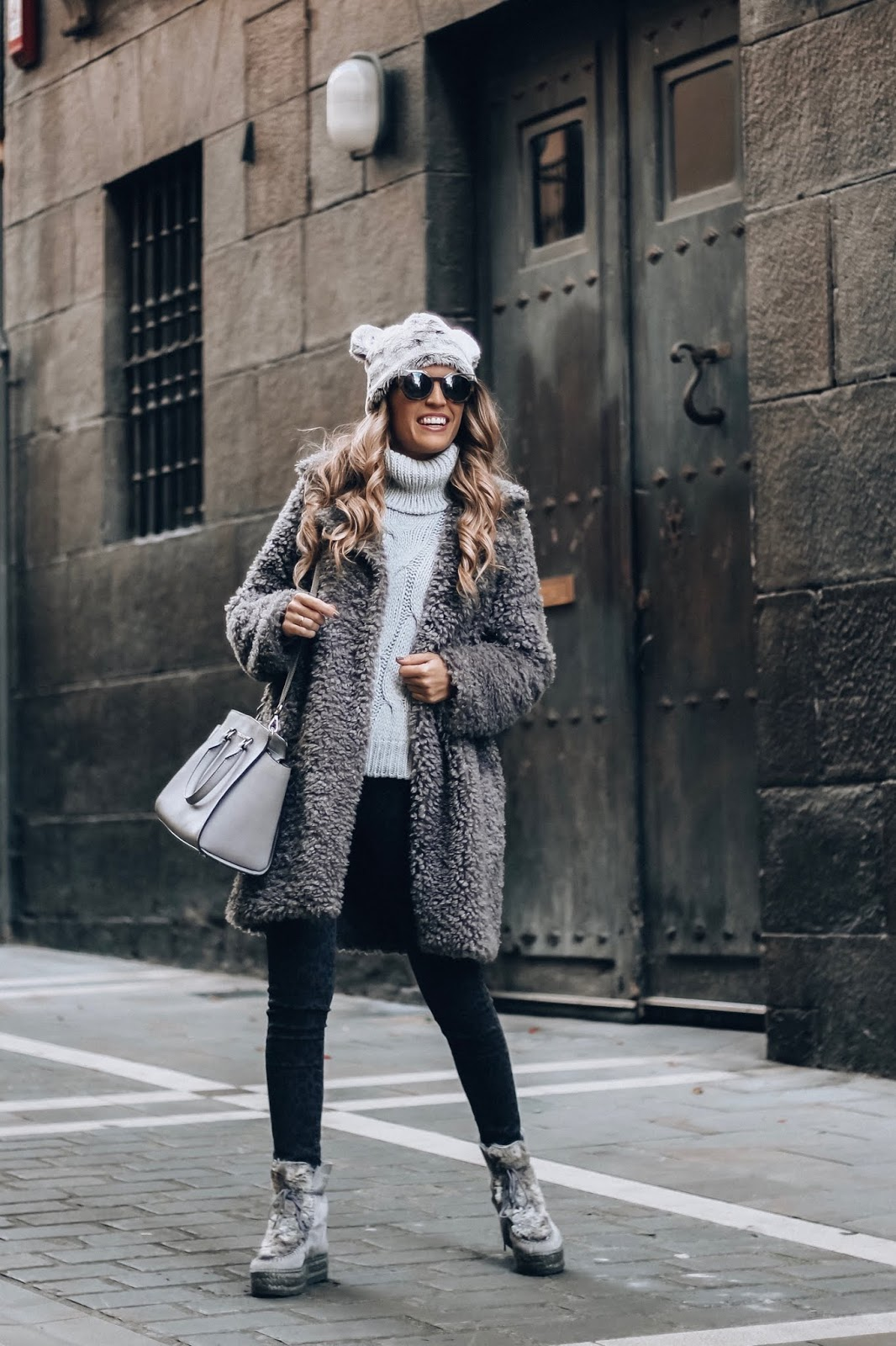 abrigo pelo rizado gris