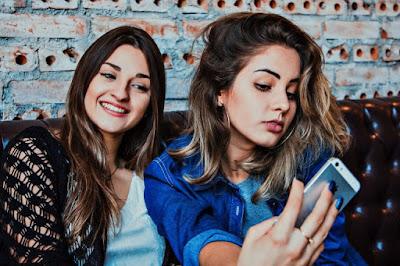 Bye bye happiness: Τα κορίτσια σήμερα (δεν) είναι τόσο χαρούμενα