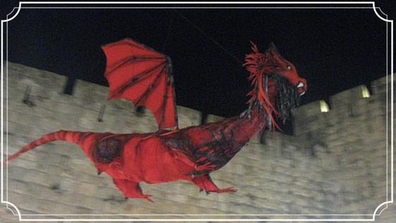 דרקון על רקע חומות העיר