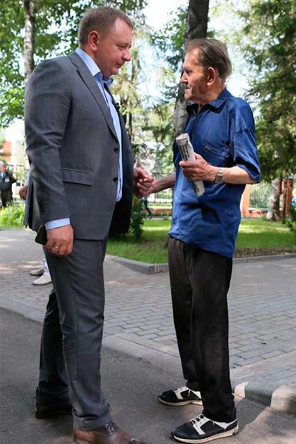 Михаил Токарев встретился с посетителями Центра соцобслуживания