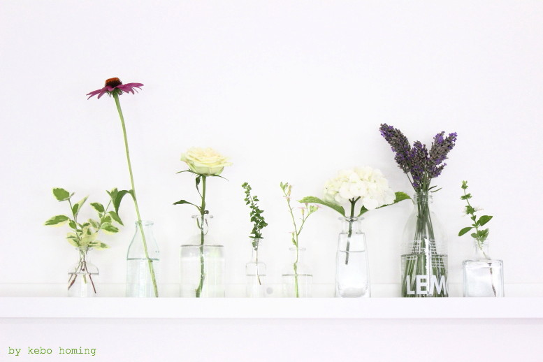 Sommerblumen für #meinshelfie dem monatlichen Blogevent bei kebo homing, dem Südtiroler Food- und Lifestyleblog, white flowers, shelfie, decoration, summer flowers, shelf decoration, Ikea Mosslanda, glas bottle vase, styling and photography