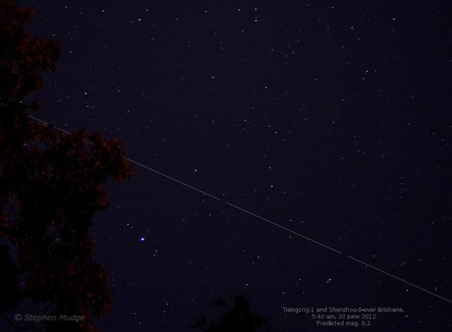 Người quan sát bầu trời Stephen Mudge từ Brisbane, Úc chụp hình ảnh phơi sáng cho thấy Trạm Không gian Thiên Cung 1 và Tàu vũ trụ Thần Châu 9 băng ngang qua bầu trời nơi đây vào ngày 20 tháng 6 năm 2012. Hình ảnh: Stephen Mudge.