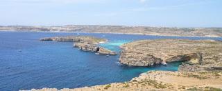 Laguna Azul o Blue Lagoon desde lo alto de la Torre de Santa María, Comino, Malta.