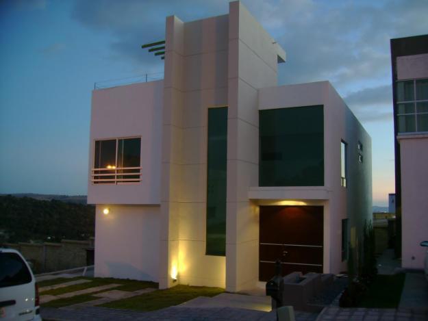 Fachadas minimalistas casa minimalista vista de noche for Casa minimalistas