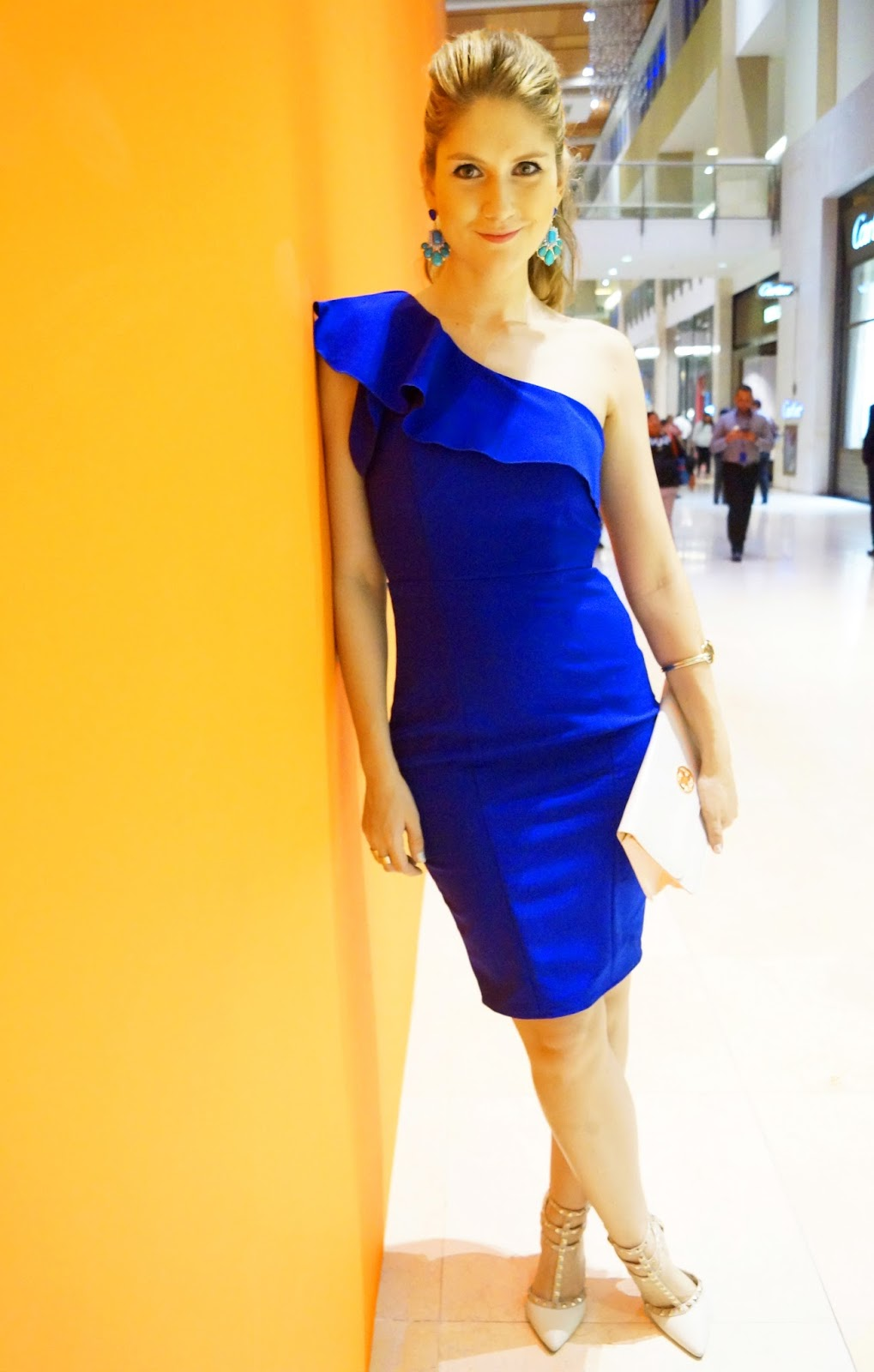 Love this gorgeous blue formfitting dress