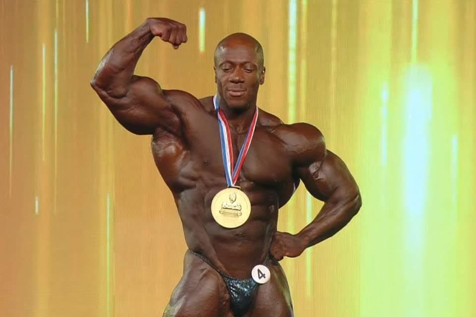Shawn Rhoden, o Mr. Olympia 2018, mostra os músculos no palco. Foto: Reprodução